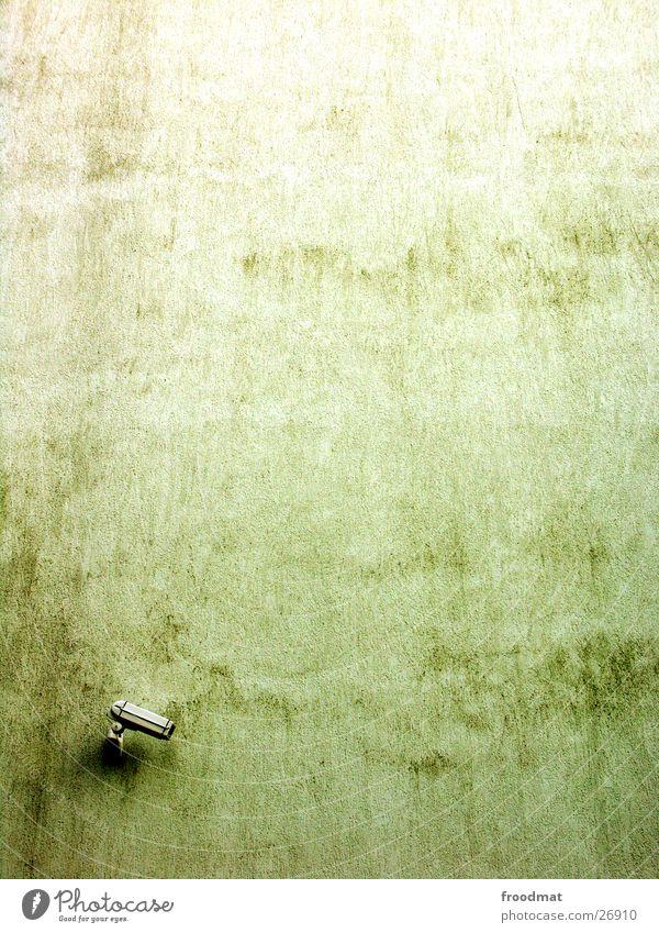 Big Brother an Big Mauer Einsamkeit Wand Mauer Beton Sicherheit modern Technik & Technologie Fernsehen einfach Schutz Fotokamera beobachten Amerika Kontrolle Putz filmen