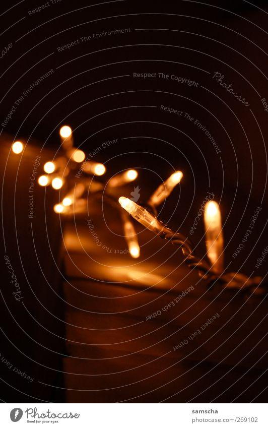 Lichterkette Weihnachten & Advent gelb dunkel Wärme Glück Feste & Feiern Lampe hell glänzend Zufriedenheit leuchten Energiewirtschaft Dekoration & Verzierung