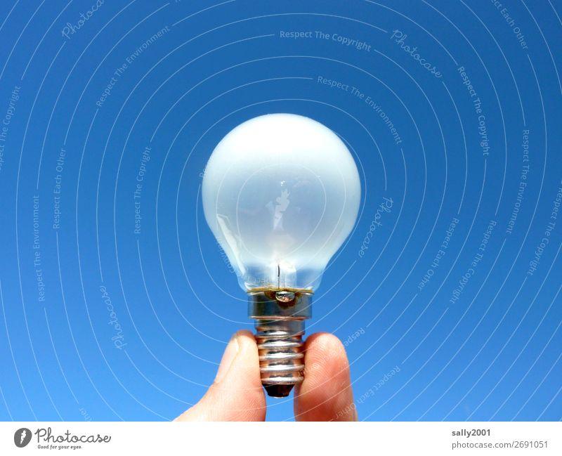 Es werde Licht... Finger Glühbirne Glas leuchten hell rund weiß Kraft Energie Energie sparen Idee Farbfoto Außenaufnahme Nahaufnahme Tag Zentralperspektive
