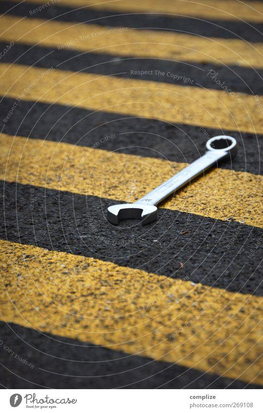 Umbau Straße Industrie Dienstleistungsgewerbe diagonal Werkstatt Handwerk Werkzeug Reparatur Objektfotografie Fahrbahnmarkierung Autowerkstatt Schraubenschlüssel Warnstreifen