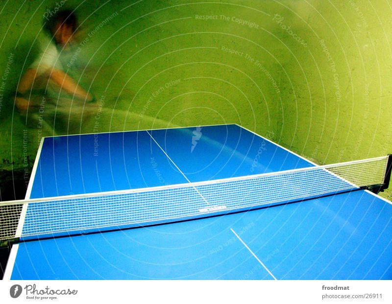 Tennis auf Tisch blau Wand Sport Spielen Bewegung Zufriedenheit Kraft Energiewirtschaft Geschwindigkeit Aktion Ball Netz sportlich Dynamik Sportveranstaltung