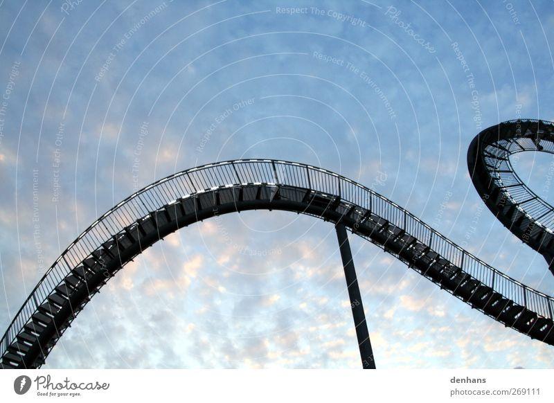 Treppendrache Achterbahn Kunstwerk Architektur Himmel Wolken Brücke Sehenswürdigkeit Drache Stahl hängen ästhetisch außergewöhnlich lang blau beweglich