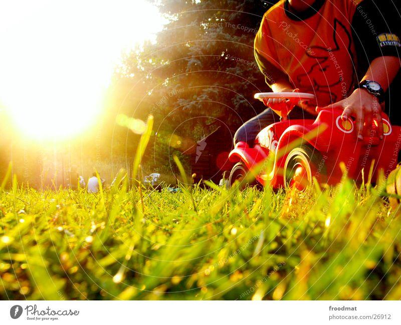 Bobby Car Sonne Sommer Wiese Spielen Gras Wärme Verkehr Physik Spielzeug Idylle Reh Pflanze Modellauto Bobbycar