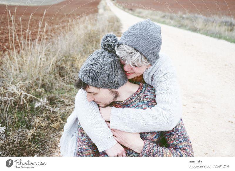 Ein paar junge, glückliche Menschen, die sich umarmen. Lifestyle Glück schön Wellness Wohlgefühl Ferien & Urlaub & Reisen Ausflug Abenteuer Freiheit maskulin