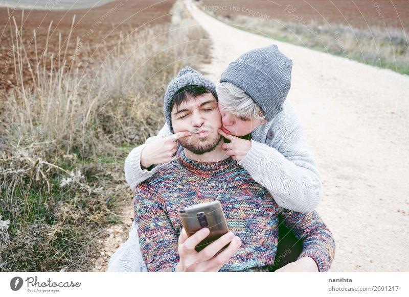 Ein paar junge Millennials machen sich lustig. Lifestyle Glück Wellness Leben Wohlgefühl Ferien & Urlaub & Reisen Ausflug Abenteuer Freiheit Telefon PDA Mensch