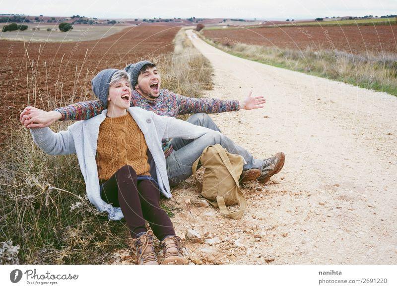 Ein paar junge Leute, die sich umarmen und schreien. Lifestyle Glück schön Wellness Leben Wohlgefühl Freizeit & Hobby Ferien & Urlaub & Reisen Ausflug Abenteuer