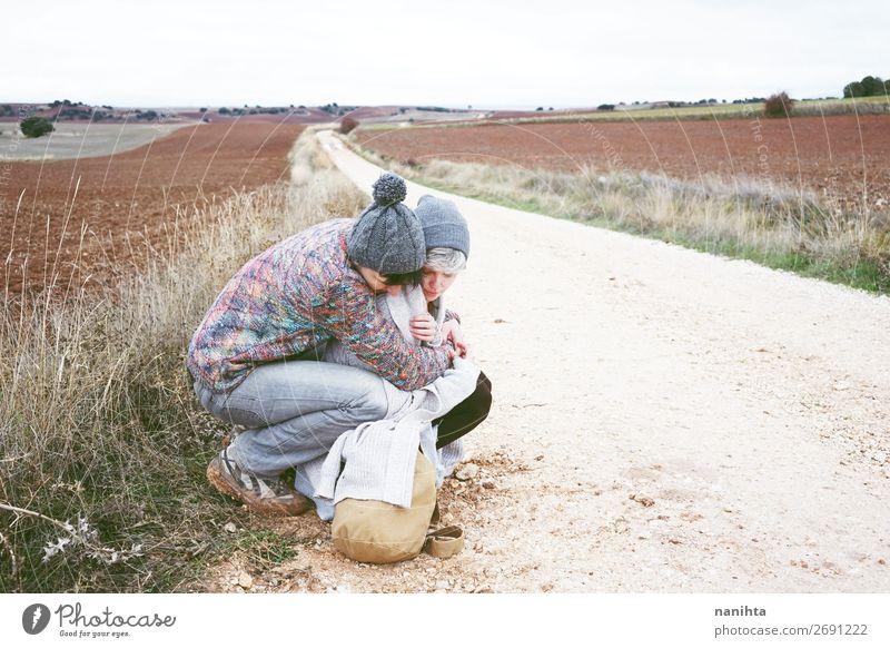 Ein paar junge Leute umarmen sich. Lifestyle Glück schön Wellness harmonisch Wohlgefühl Ferien & Urlaub & Reisen Ausflug Abenteuer Ferne Freiheit Frau