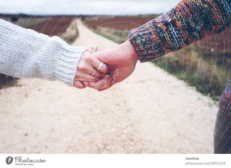 Nahaufnahme eines jungen Paares, das Händchen hält. Lifestyle Freude Glück schön Ferien & Urlaub & Reisen Ausflug Abenteuer Freiheit Mensch maskulin feminin