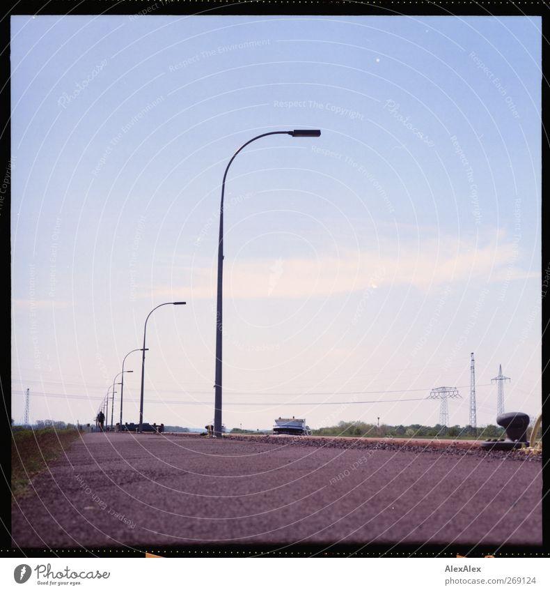 Kanalistan wird elektrifiziert! Pflanze Himmel Horizont Sommer Schönes Wetter Gras Sträucher Flussufer Radweg Fußweg Straßenbeleuchtung Damm Anlegestelle Poller
