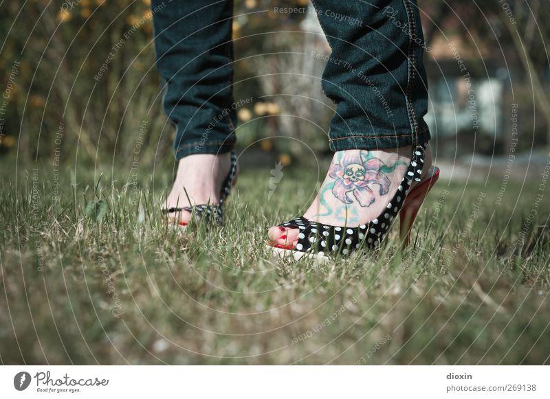 Footattoo Mensch feminin Junge Frau Jugendliche Erwachsene Körper Fuß 1 18-30 Jahre Rockabilly Gras Sträucher Garten Mode Bekleidung Jeanshose Schuhe