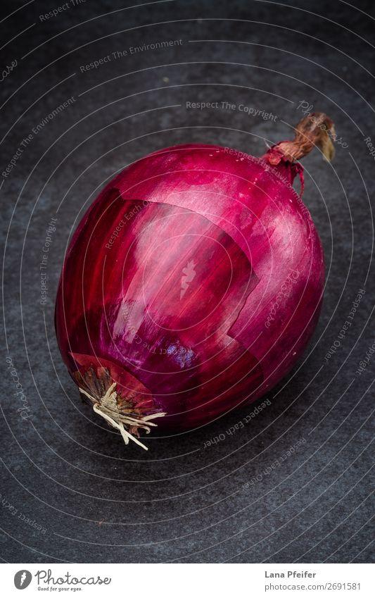 Rote Zwiebel in Nahaufnahme Lebensmittel Gemüse Frucht Ernährung Essen Küche dunkel frisch hell natürlich rot Farbe Hintergrund Zutaten eine Rezept Oberfläche