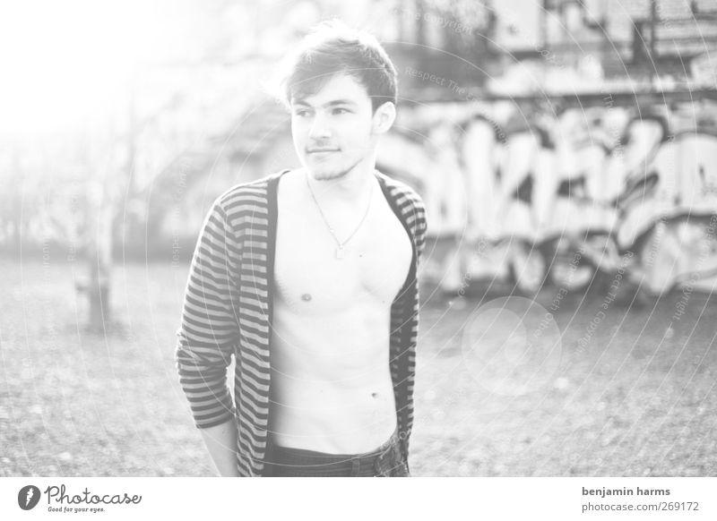 sun´s shining maskulin Junger Mann Jugendliche Körper 1 Mensch 18-30 Jahre Erwachsene Industrieanlage Mauer Wand Jeanshose Cardigan Schmuck Halskette brünett