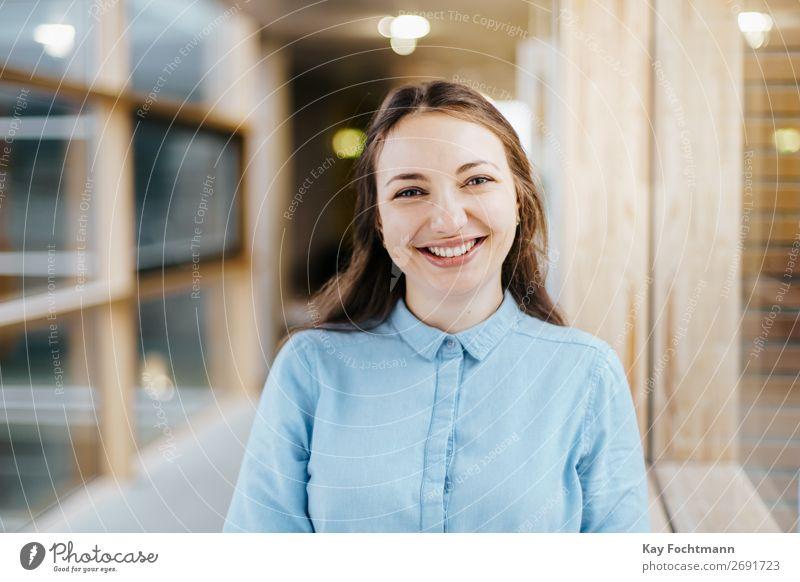 Lachende junge Frau mit langen braunen Haaren Freude Glück lernen Student Arbeit & Erwerbstätigkeit Beruf Büro Wirtschaft Medienbranche Werbebranche Business