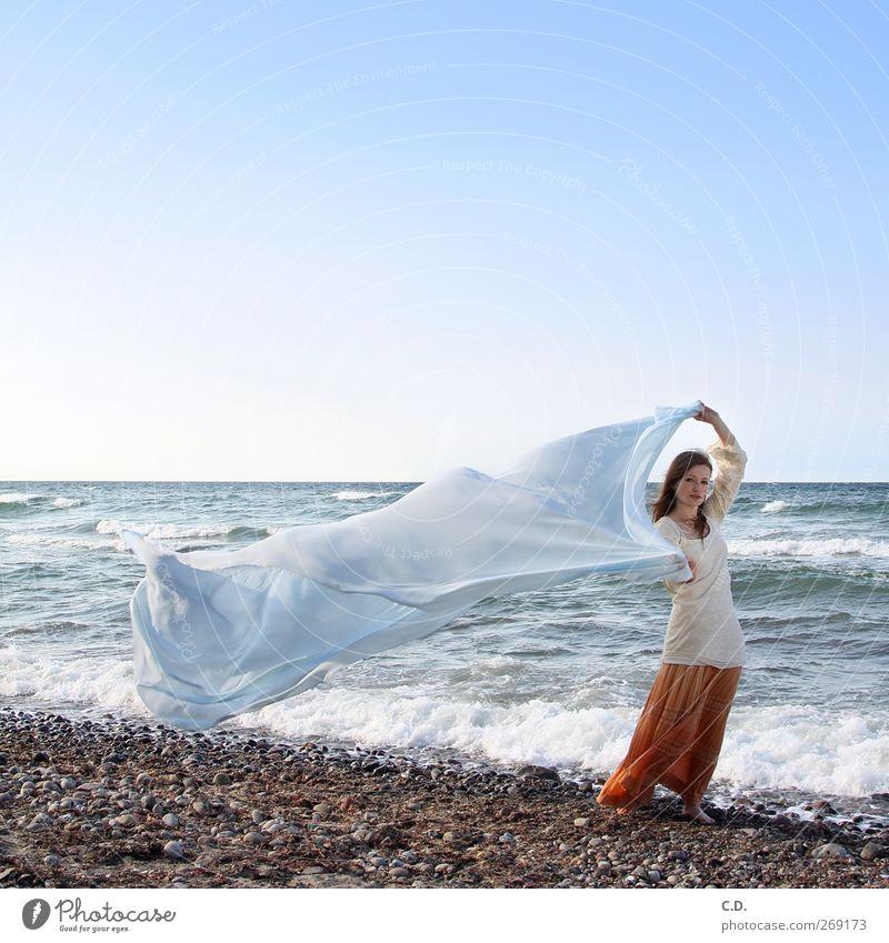 am Strand Junge Frau Jugendliche 1 Mensch 18-30 Jahre Erwachsene Wasser Himmel Wolkenloser Himmel Wellen Ostsee Rock langhaarig ästhetisch frei natürlich blau