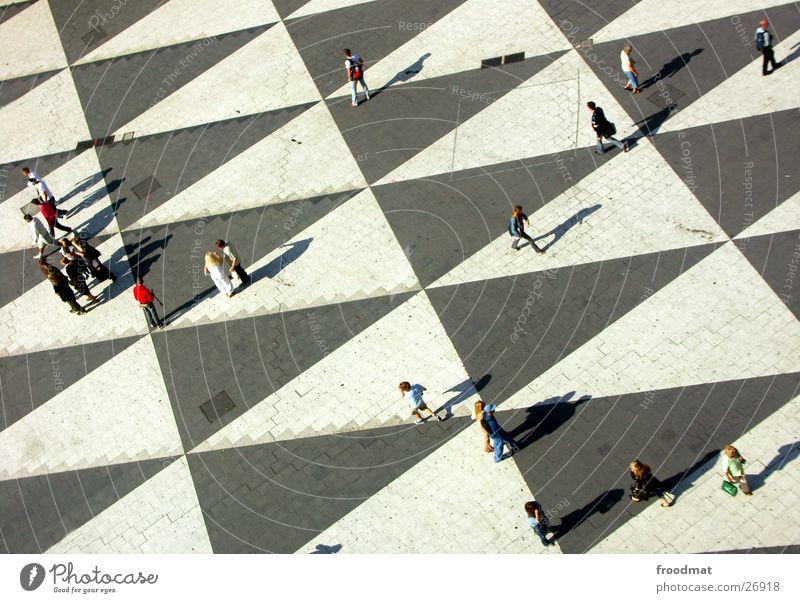 Richtungsweisend Vogelperspektive Stockholm Dreieck Menschengruppe Schweden Kulturhuset Schatten Strukturen & Formen verrückt Schönes Wetter