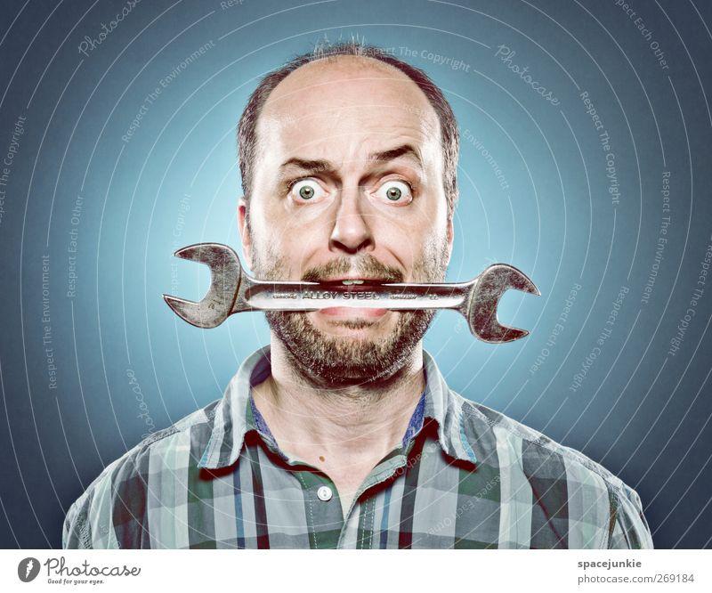 the mechanic Mensch Mann Jugendliche blau Erwachsene maskulin verrückt Junger Mann skurril Werkzeug tragen Humor beißen Skelett 30-45 Jahre Automechaniker