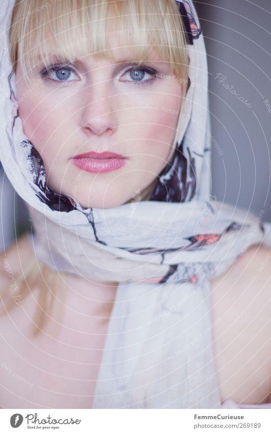 Cabriofahrtvorbereitung. Mensch Frau Jugendliche schön Sommer Erwachsene Gesicht feminin Kopf Haare & Frisuren Stil blond Junge Frau elegant Mund Haut