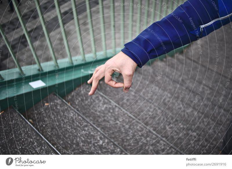 haha, reingeguckt! Jacke frech Spielen blau Arme Blick Freude rund Geländer Treppengeländer Hand Verschmitzt Außenaufnahme