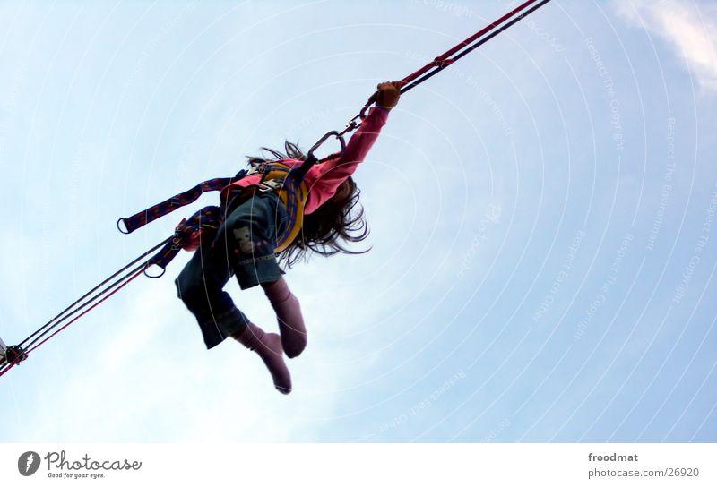 Sprunghaft Kind Himmel Freude Sport springen Bewegung Haare & Frisuren fliegen Aktion Strümpfe Schweden Trampolin Stockholm