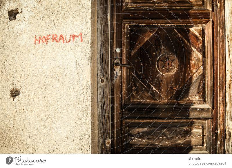 hofraum Hütte Mauer Wand Fassade Tür Graffiti alt geschlossen Furkapass Schweiz Holz antik Typographie Bildausschnitt Beschriftung dunkel geheimnisvoll Griff