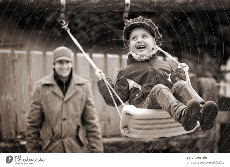grlückliche Kindheit, Kind auf der Schaukel Freude Freizeit & Hobby Spielen Mensch maskulin feminin Mädchen Junger Mann Jugendliche Vater Erwachsene