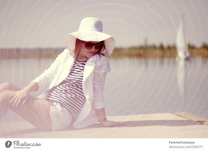 Mittagspause am See. Lifestyle Reichtum elegant Stil schön Sommer Sommerurlaub Sonne Sonnenbad Insel feminin Junge Frau Jugendliche Erwachsene Haut Beine 1