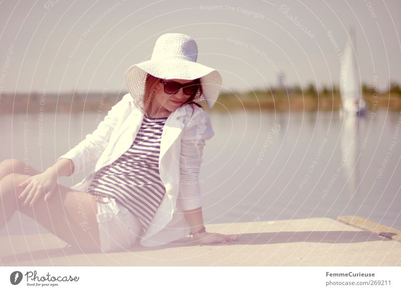 Mittagspause am See. Mensch Frau Jugendliche schön Sonne Sommer Erwachsene Erholung feminin Stil Beine Junge Frau sitzen elegant Haut Insel