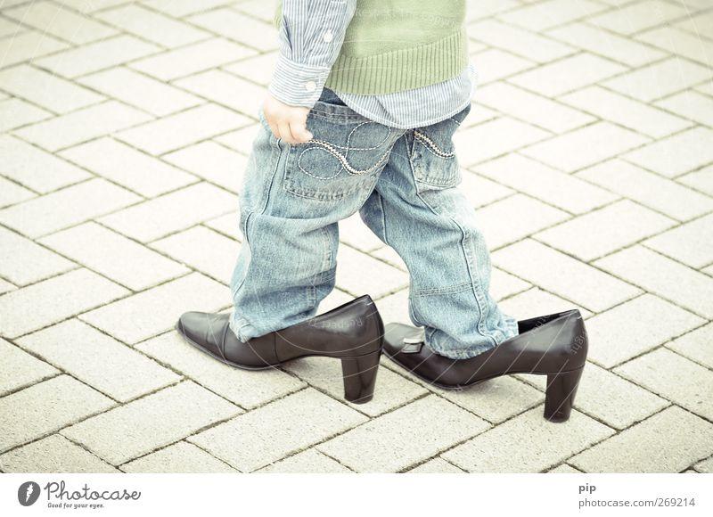 schusterjunge 2 Mensch Kind Junge Beine 1 1-3 Jahre Kleinkind Hemd Hose Pullover Leder Schuhe Damenschuhe Schuhabsatz gehen groß lustig niedlich schwarz