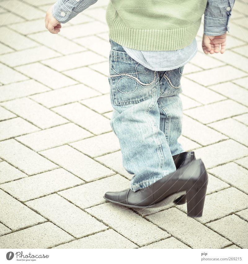 schusterjunge 1 Mensch Kind Junge Beine 1-3 Jahre Kleinkind Hemd Hose Pullover Leder Schuhe Damenschuhe Schuhabsatz gehen groß lustig niedlich schwarz