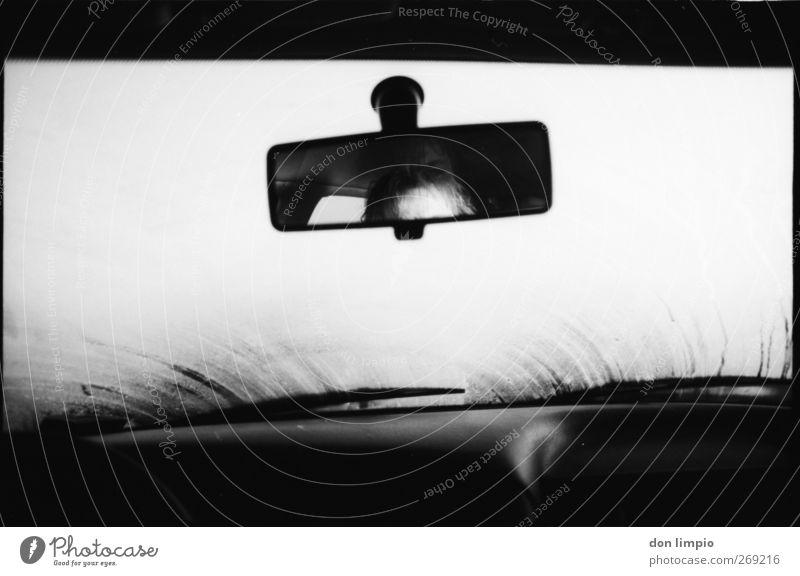 fahrerkabine 2 Verkehrsmittel Autofahren Fahrzeug PKW Blick hell schwarz weiß Stimmung Rückspiegel Passagier Scheibenwischer beschlagen Vorderseite analog Nebel
