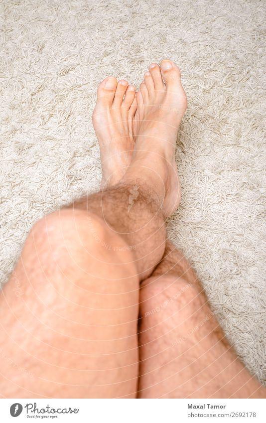 Entspannen Sie sich auf einem Wollteppich Erholung Freizeit & Hobby Winter Haus Mensch Mann Erwachsene Fuß Wärme Pelzmantel weich weiß Geborgenheit bequem