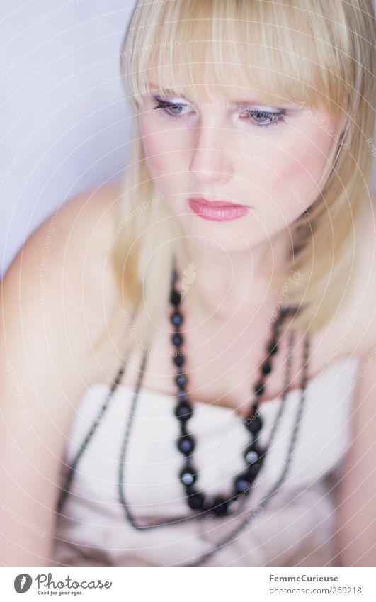 Gelangweilt. Lifestyle Reichtum elegant Stil schön Kosmetik Parfum Schminke Lippenstift Wimperntusche Rouge feminin Junge Frau Jugendliche Erwachsene Haut Kopf