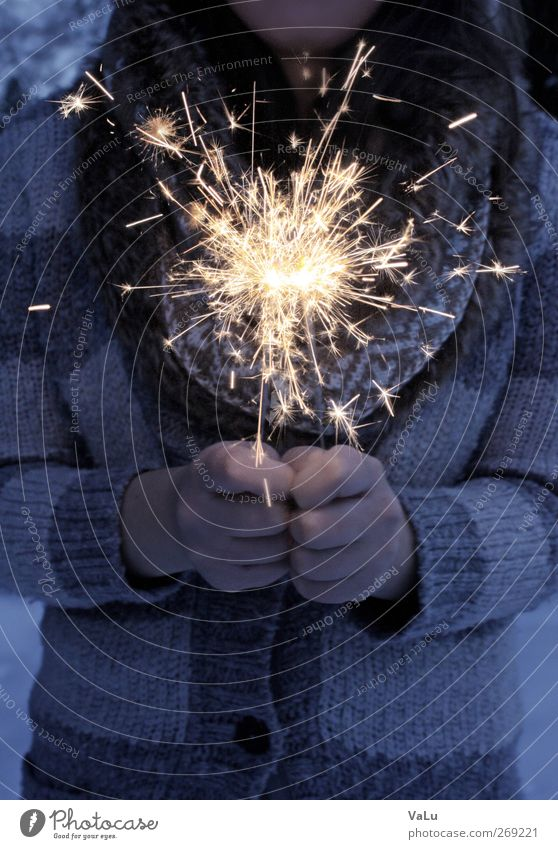 Brrrz! Weihnachten & Advent Silvester u. Neujahr Hand Finger 1 Mensch Winter Schnee beobachten leuchten Wärme blau gelb gold Glück