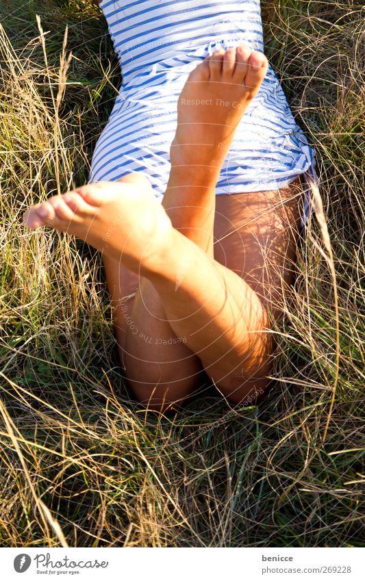 Sommer Baby Frau Mensch 1 Mensch liegen Wiese Erholung Frühling Kleid Gras allein Fuß Beine rasiert Sonne Sonnenstrahlen Tag Sonnenlicht Europäer lesen Natur