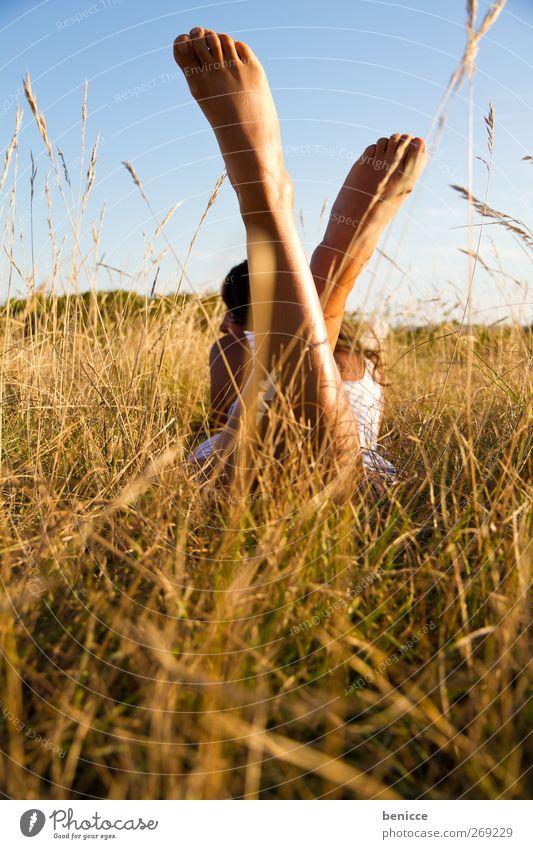 endlich Sommer Mensch Frau Natur Ferien & Urlaub & Reisen Sommer Sonne Erholung Einsamkeit Erotik Frühling Wiese Gras Beine Freiheit Fuß liegen