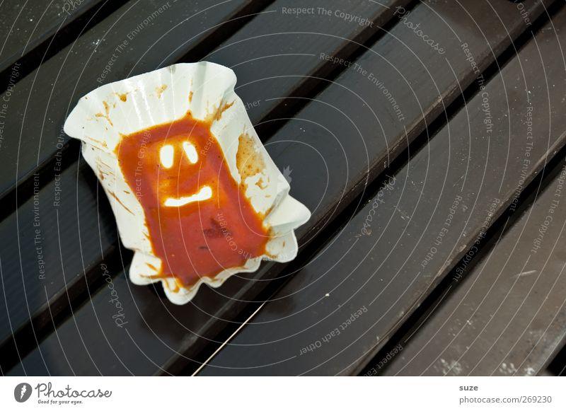 Quatsch mit Soße Lebensmittel Ernährung Fastfood Gesicht Holz Streifen lustig braun rot Kreativität Speise Rest Holztisch satt Humor Saucen Karton diagonal