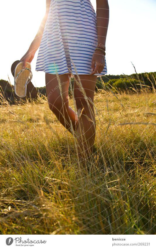 Flip Flops Frau Mensch 1 Mensch gehen Wiese Erholung Sommer Frühling Kleid Gras Einsamkeit Fuß Beine rasiert Sonne Sonnenstrahlen Tag Europäer lesen Natur