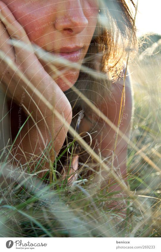 Wiese Frau Mensch Nase Mund liegen Erholung Sommer Frühling Kleid Gras Einsamkeit Nahaufnahme Sonne Sonnenstrahlen Tag Tageslich Sonnenlicht Europäer lesen