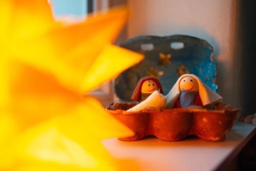 Weihnachten Krippe Glück Weihnachten & Advent Familie & Verwandtschaft Paar Partner Kindheit sitzen Freundlichkeit Fröhlichkeit Zusammensein Weihnachtskrippe
