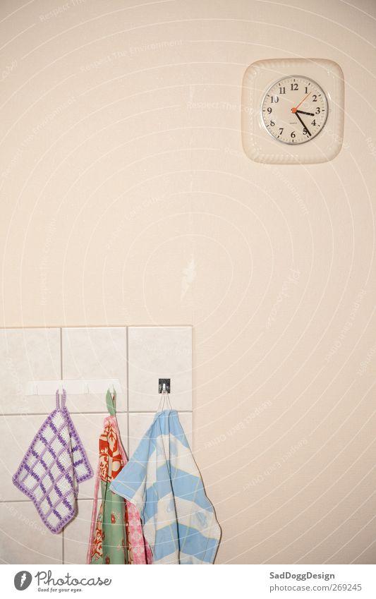 kurzvorhalbvier Mauer Wand Wanduhr Topflappen Fliesen u. Kacheln Spültuch Küche Handtuch Uhr braun beige Haken trist Langeweile altmodisch vergilbt retro