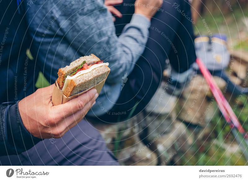 Sandwich, das ein Paar beim Trekking essen wird. Käse Essen Lifestyle Freizeit & Hobby Ferien & Urlaub & Reisen Abenteuer Berge u. Gebirge wandern Sport