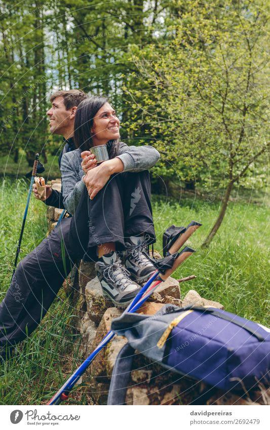 Pausieren Sie beim Trekking. Essen trinken Lifestyle Glück Freizeit & Hobby Abenteuer Berge u. Gebirge wandern Sport Klettern Bergsteigen sprechen Mensch Frau