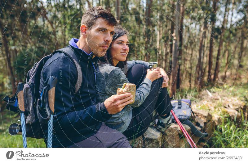 Pausieren Sie beim Trekking. Essen trinken Lifestyle Freizeit & Hobby Abenteuer Berge u. Gebirge wandern Sport Klettern Bergsteigen Mensch Frau Erwachsene Mann