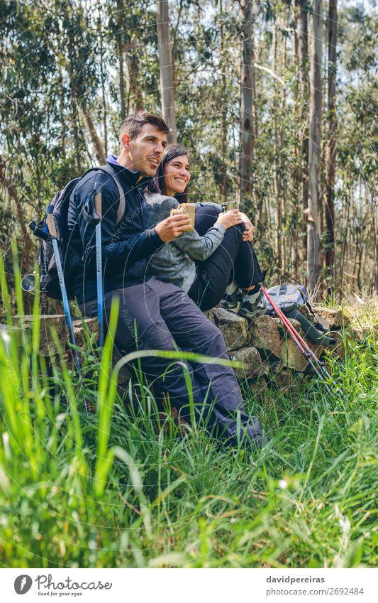 Pausieren Sie beim Trekking. Essen trinken Lifestyle Glück Freizeit & Hobby Abenteuer Berge u. Gebirge wandern Sport Klettern Bergsteigen Mensch Frau Erwachsene