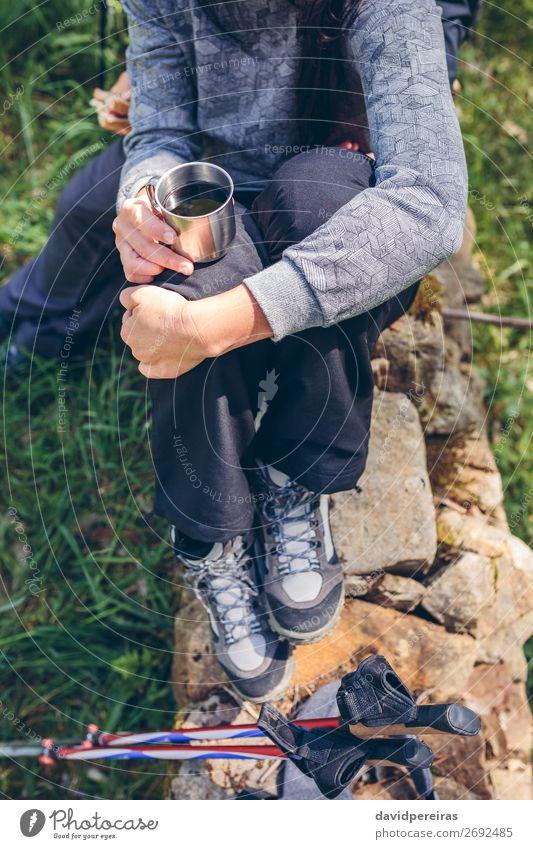 Frau hält beim Trekking inne. trinken Kaffee Lifestyle Erholung Freizeit & Hobby Ausflug Abenteuer Berge u. Gebirge wandern Sport Klettern Bergsteigen Mensch