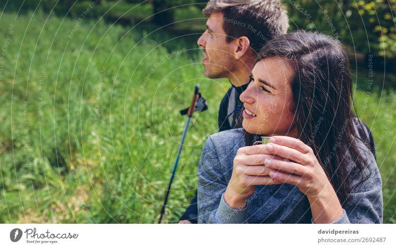 Pausieren Sie beim Trekking. trinken Kaffee Lifestyle Freizeit & Hobby Abenteuer Berge u. Gebirge wandern Sport Klettern Bergsteigen Mensch Frau Erwachsene Mann