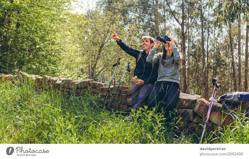 Paar beim Trekking suchen mit Fernglas Essen Lifestyle Glück Freizeit & Hobby Abenteuer wandern Sport Mensch Frau Erwachsene Mann Natur Landschaft Herbst Baum