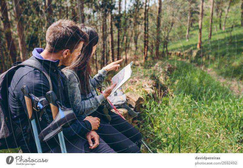 Ein Paar beim Trekking, das auf eine Karte schaut. Lifestyle Ausflug Abenteuer Sightseeing Berge u. Gebirge wandern Sport Mensch Frau Erwachsene Mann Natur