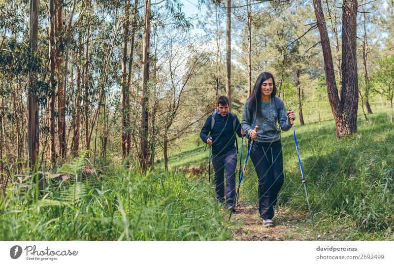 Ein paar Wanderer beim Trekking Lifestyle Glück Ferien & Urlaub & Reisen Ausflug Abenteuer Berge u. Gebirge wandern Sport Klettern Bergsteigen Mensch Frau