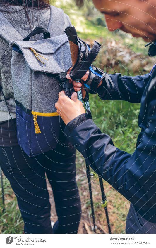 Wanderer schließt den Rucksack seines Partners. Lifestyle Ferien & Urlaub & Reisen Ausflug Abenteuer Berge u. Gebirge wandern Sport Klettern Bergsteigen Mensch
